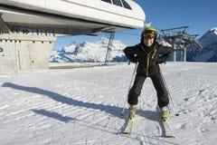 Esqui novo do menino na montanha imagens de stock royalty free