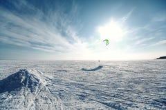 Esqui que kiting em um lago congelado Imagens de Stock