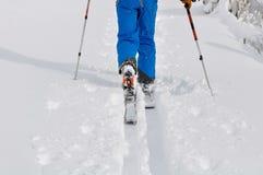Esqui que visita na neve fresca Fotos de Stock Royalty Free