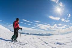 Esqui que visita no dia ensolarado Fotografia de Stock