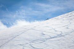 Esqui que visita no dia ensolarado Foto de Stock Royalty Free