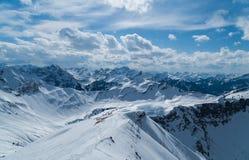 Esqui que visita a trilha na paisagem ensolarada bonita do inverno, Kleinwalsertal, Áustria Foto de Stock Royalty Free