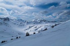 Esqui que visita a trilha na paisagem ensolarada bonita do inverno, Kleinwalsertal, Áustria Imagem de Stock Royalty Free