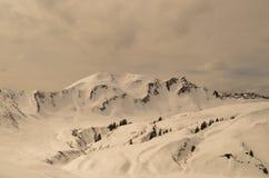 Esqui que visita a trilha na paisagem ensolarada bonita do inverno, Kleinwalsertal, Áustria Fotografia de Stock Royalty Free