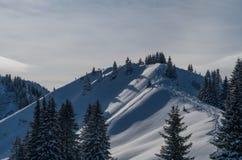Esqui que visita a trilha na paisagem ensolarada bonita do inverno, Oberstdorf, Alemanha foto de stock royalty free