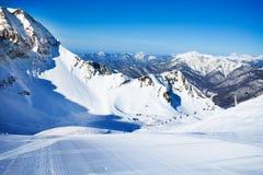Esqui-trilha com as montanhas de Cáucaso no fundo Fotos de Stock