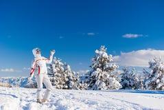 Esquiador alegre en la tapa de la montaña Foto de archivo libre de regalías