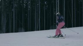 Esquiador alegre que move-se para baixo na estância de esqui Carpathian no inverno no slo-mo vídeos de arquivo