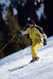 Esquiador amarelo da montanha Imagens de Stock