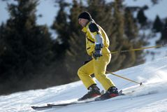 Esquiador amarillo de la montaña Fotografía de archivo libre de regalías