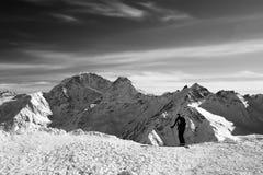 Esquiador antes del comienzo en la pendiente fuera de pista Imágenes de archivo libres de regalías