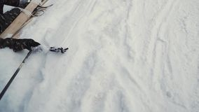 Esquiador após o salvamento de espera do acidente que encontra-se na neve grampo Esquiador profissional após o acidente do impact vídeos de arquivo