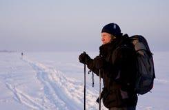 Esquiador a campo través con el morral Foto de archivo libre de regalías