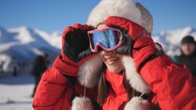 Esquiador cansado pero feliz de la mujer en la estaci?n de esqu? que admira el paisaje hermoso del invierno almacen de video