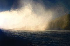 Esquiador cerca de un cañón de la nieve que hace nieve del polvo Estación de esquí de las montañas Fotografía de archivo libre de regalías
