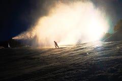 Esquiador cerca de un cañón de la nieve que hace nieve del polvo Estación de esquí de las montañas Imagenes de archivo