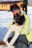 Esquiador com um filhote de cachorro Imagens de Stock Royalty Free