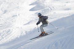Esquiador con el poste de esquí en nieve Fotos de archivo libres de regalías