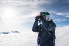 Esquiador con los prismáticos Fotos de archivo libres de regalías