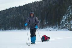 Esquiador con un trineo del cargo Fotos de archivo