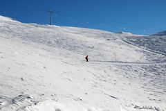 Esquiador cuesta abajo en cuesta nevosa del esquí Imagenes de archivo
