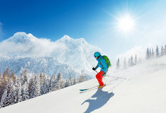 Esquiador da borla na neve fresca do pó que corre para baixo Fotos de Stock Royalty Free