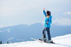 Esquiador da mulher que aprecia o esqui na estância de esqui nas montanhas Fotos de Stock Royalty Free