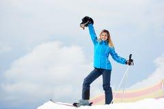 Esquiador da mulher que aprecia o esqui na estância de esqui nas montanhas Fotos de Stock