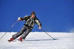 Esquiador da neve de encontro ao céu azul imagens de stock royalty free