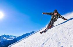 Esquiador da neve de encontro ao céu azul fotografia de stock royalty free