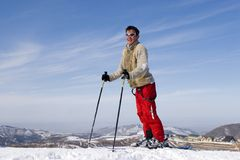 Esquiador da neve de encontro ao céu azul em montanhas do inverno fotos de stock