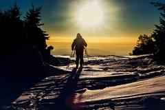 Esquiador de Backcountry que alcança a cimeira Fotos de Stock Royalty Free