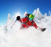 Esquiador de Freeride en el piste que corre cuesta abajo Foto de archivo