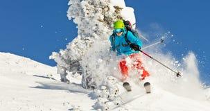 Esquiador de Freeride en la nieve del polvo que corre cuesta abajo Imagenes de archivo