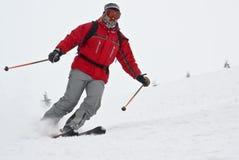 Esquiador de la montaña del primer que se mueve rápidamente Imagen de archivo libre de regalías