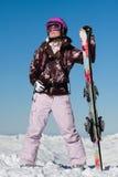 Esquiador de la muchacha con los esquís Fotografía de archivo libre de regalías