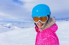 Esquiador de la muchacha en centro turístico del invierno Imágenes de archivo libres de regalías