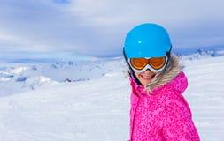 Esquiador de la muchacha en centro turístico del invierno Fotografía de archivo libre de regalías