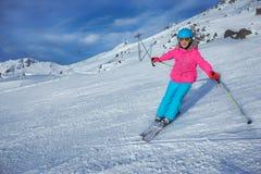 Esquiador de la muchacha en centro turístico del invierno Imagenes de archivo