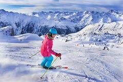Esquiador de la muchacha en centro turístico del invierno Imagen de archivo libre de regalías