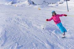 Esquiador de la muchacha en centro turístico del invierno Foto de archivo