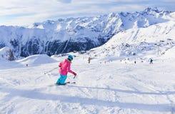 Esquiador de la muchacha en centro turístico del invierno Imagen de archivo