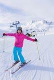 Esquiador de la muchacha en centro turístico del invierno Fotos de archivo libres de regalías