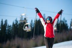 Esquiador de la mujer con el esquí en el centro turístico del winer en día soleado Fotos de archivo libres de regalías
