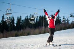 Esquiador de la mujer con el esquí en el centro turístico del winer en día soleado Fotografía de archivo libre de regalías