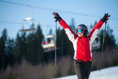 Esquiador de la mujer con el esquí en el centro turístico del winer en día soleado Foto de archivo libre de regalías