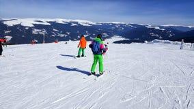 Esquiador de la mujer que va cuesta abajo en la estación de esquí de Transalpna Fotografía de archivo libre de regalías