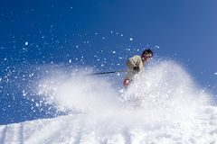 Esquiador de la nieve que salta contra el cielo azul Imágenes de archivo libres de regalías