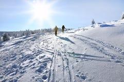 Esquiador de la zona remota (el viajar del esquí) imagen de archivo libre de regalías