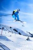 Esquiador de salto contra o céu azul imagens de stock